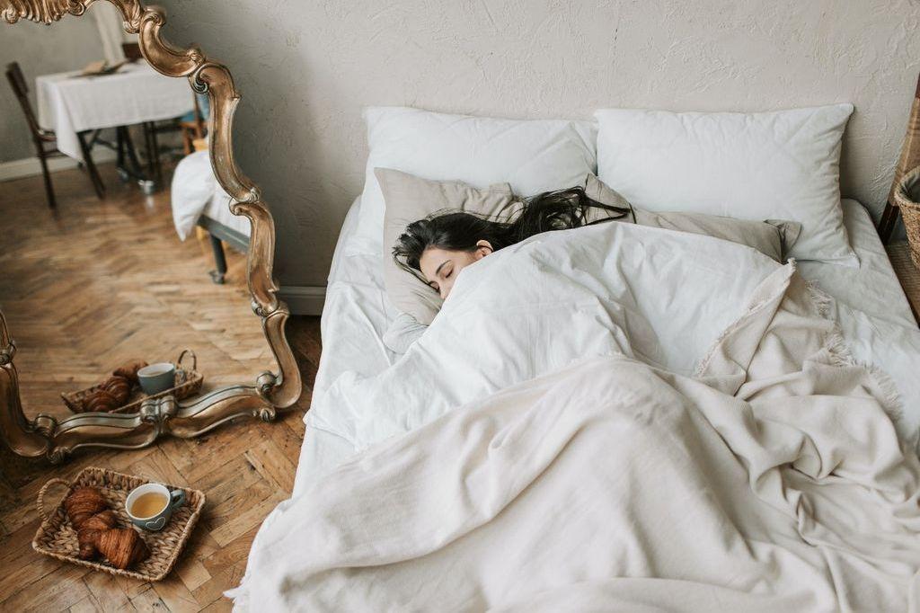 休日の楽しみ⁉夜更かしと朝寝って身体に良いの?悪いの?