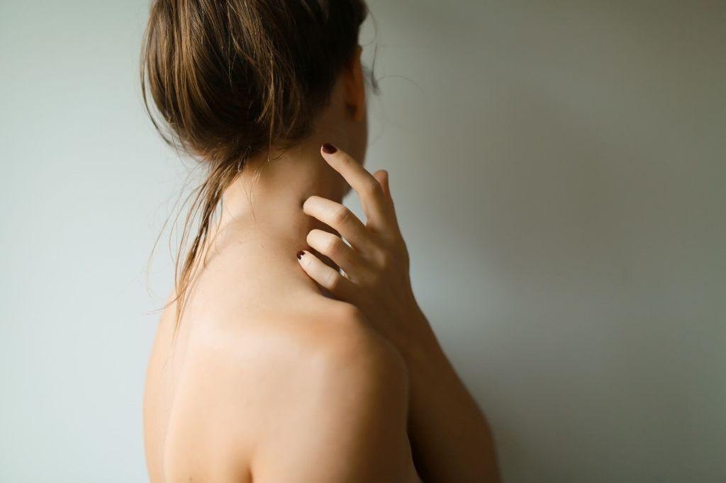 ガチガチになった首や肩で悩んでいませんか?首と肩こりの対処法と予防法